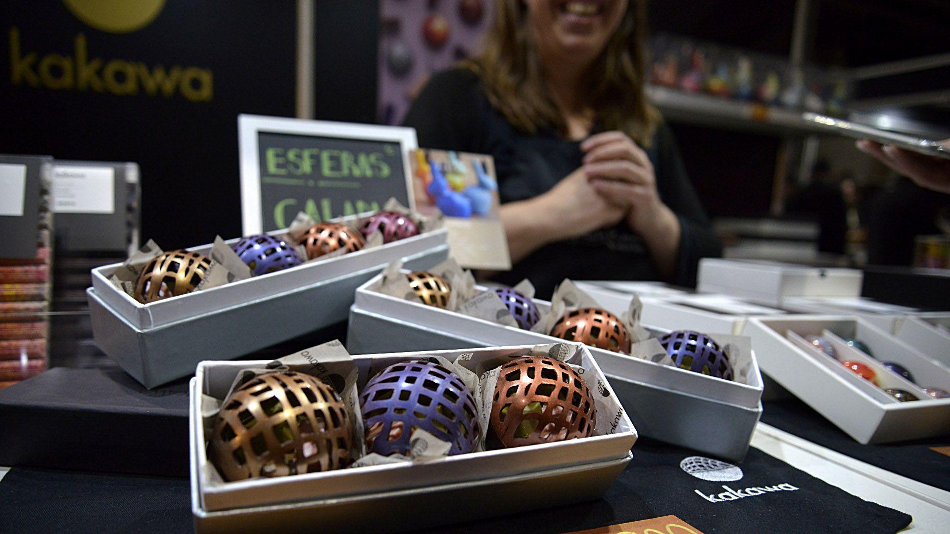 Esferas caladas con bombones diseñadas por Kawaka