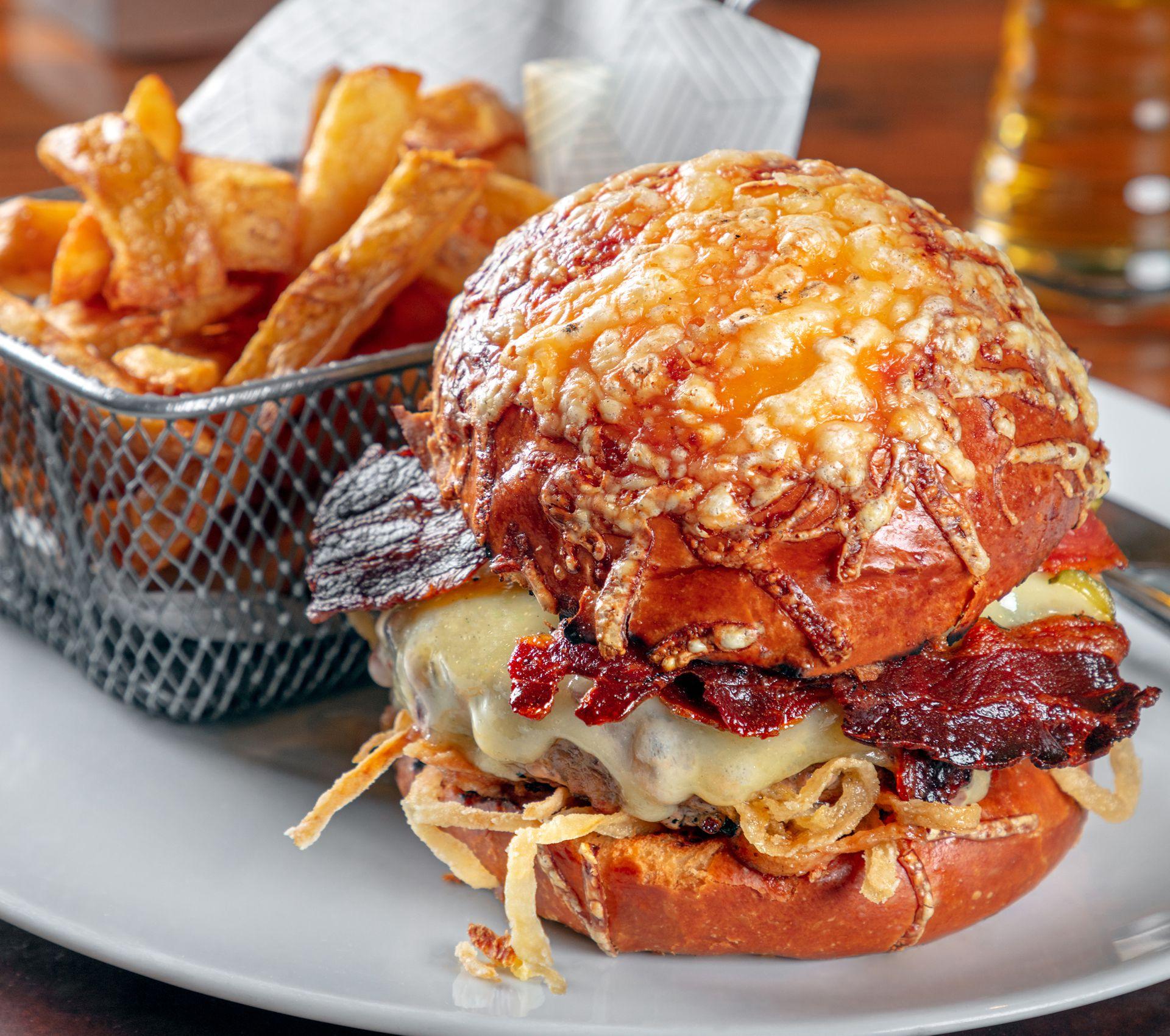 La clásica hamburguesa Pony con queso fundido, una imperdible del hotel
