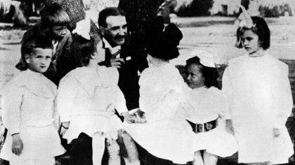 L. Frank Baum con un grupo de niños en 1914 (Granger/Shutterstock)