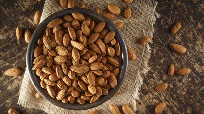 Las almendras contienen muy pocas calorías y un aporte de 28 gramos por día otorga 3,5 gramos de fibra al organismo (iStock)