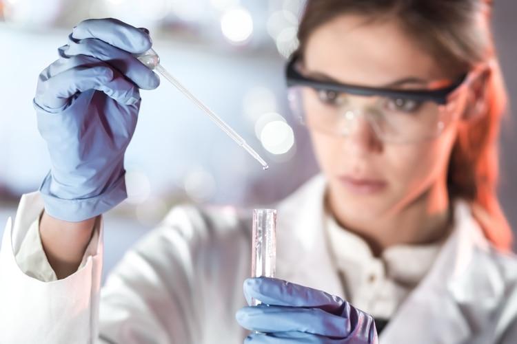 Si un compuesto supera los requisitos necesarios en el estadio preclínico, debe evaluarse en personas, lo que constituye la etapa clínica, que consta de tres fases (Shutterstock)