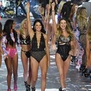 Models Taylor Hill, Jasmine Tookes, Elsa Hosk, Adriana Lima, Behati Prinsloo y Candice Swanepoel en el desfile de Victoria's Secret 2018(Photo by Angela Weiss / AFP)