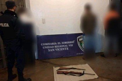 Los tres detenidos con las armas secuestradas están alojados en la comisaria de El Soberbio, una localidad ubicada al norte de la provincia de Misiones