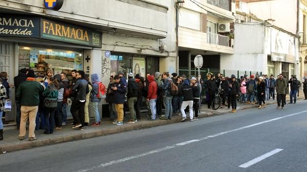 Los uruguayos hicieron largas filas para comprar marihuana en las farmacias habilitadas (EFE)