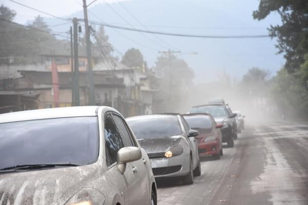 Autos cubiertos de cenizas en Antigua Guatemala (AFP / Orlando Estrada)
