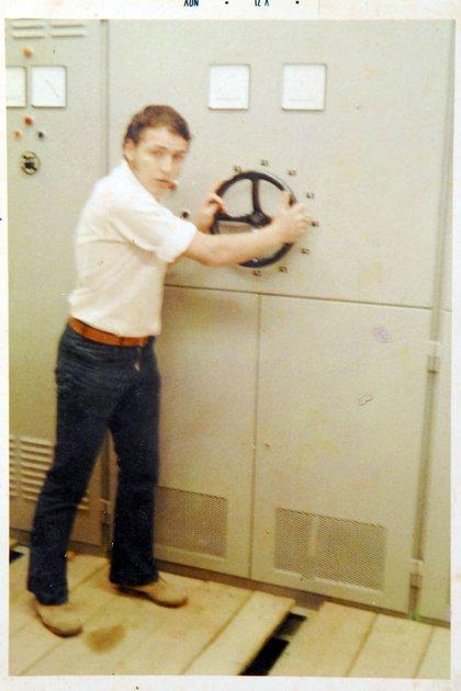 Mario Calderón en su juventud, cuando instalaba redes de telecomunicaciones