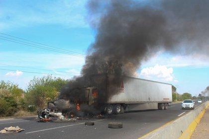 Un trailer incendiado por miembros del Cártel de Santa Rosa de Lima (Foto: DIEGO COSTA/CUARTOSCURO)
