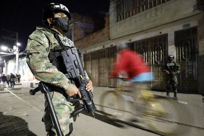 Soldados vigilan una calle durante el toque de queda impuesto en Bogotá (Colombia). EFE/ Mauricio Dueñas Castañeda