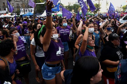 En lo que va de 2021, según las estadísticas de la ONG La Casa del Encuentro, se cometieron un total de 50 femicidios y 1 transfemicidio en Argentina. Esta cifra significa que una mujer es asesinada cada 30 horas.