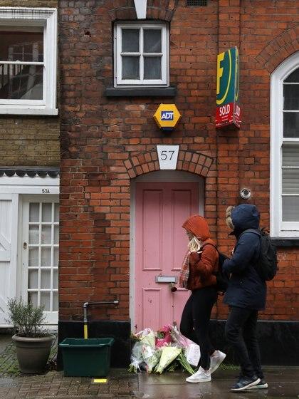Los fanáticos dejaron flores en la puerta de la casa de Caroline Flack (Reuters/ Simon Dawson)