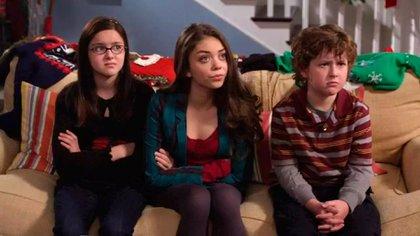 """Hyland en la piel de su personaje, Haley, junto a sus hermanos menores en """"Modern Family"""", interpretados por Ariel Winter y Nolan Gould"""