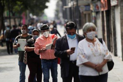 De acuerdo con la SSa, suman 220,657 casos confirmados acumulados y 27,121 defunciones por COVID-19 en México (Foto: Reuters)