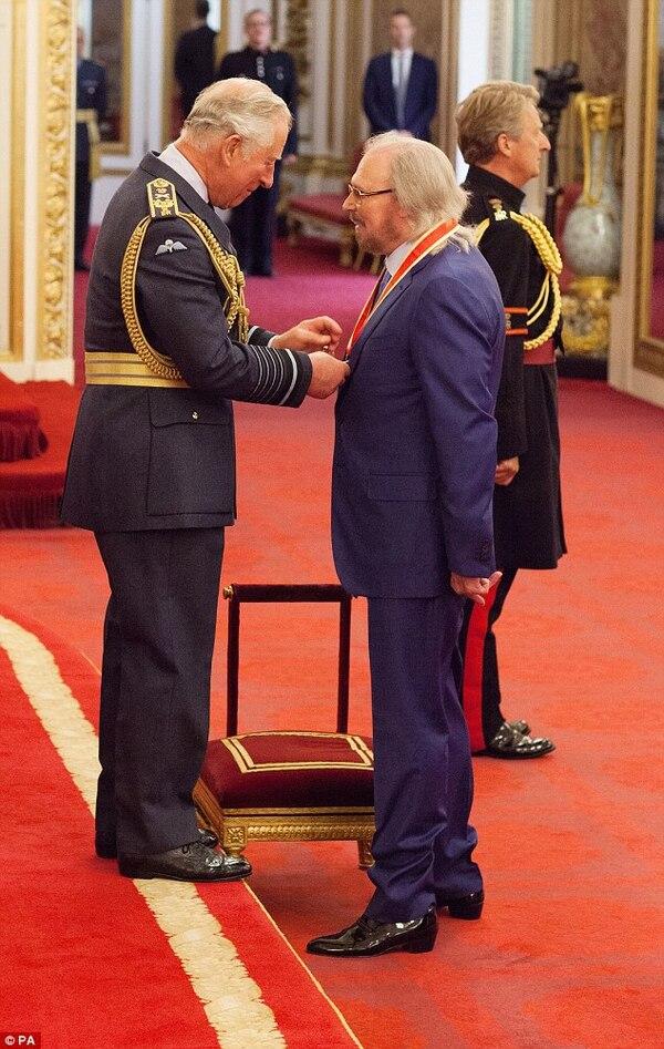 El príncipe Carlos presentó el honor a Barry Gibb, último sobreviviente de los Bee Gees