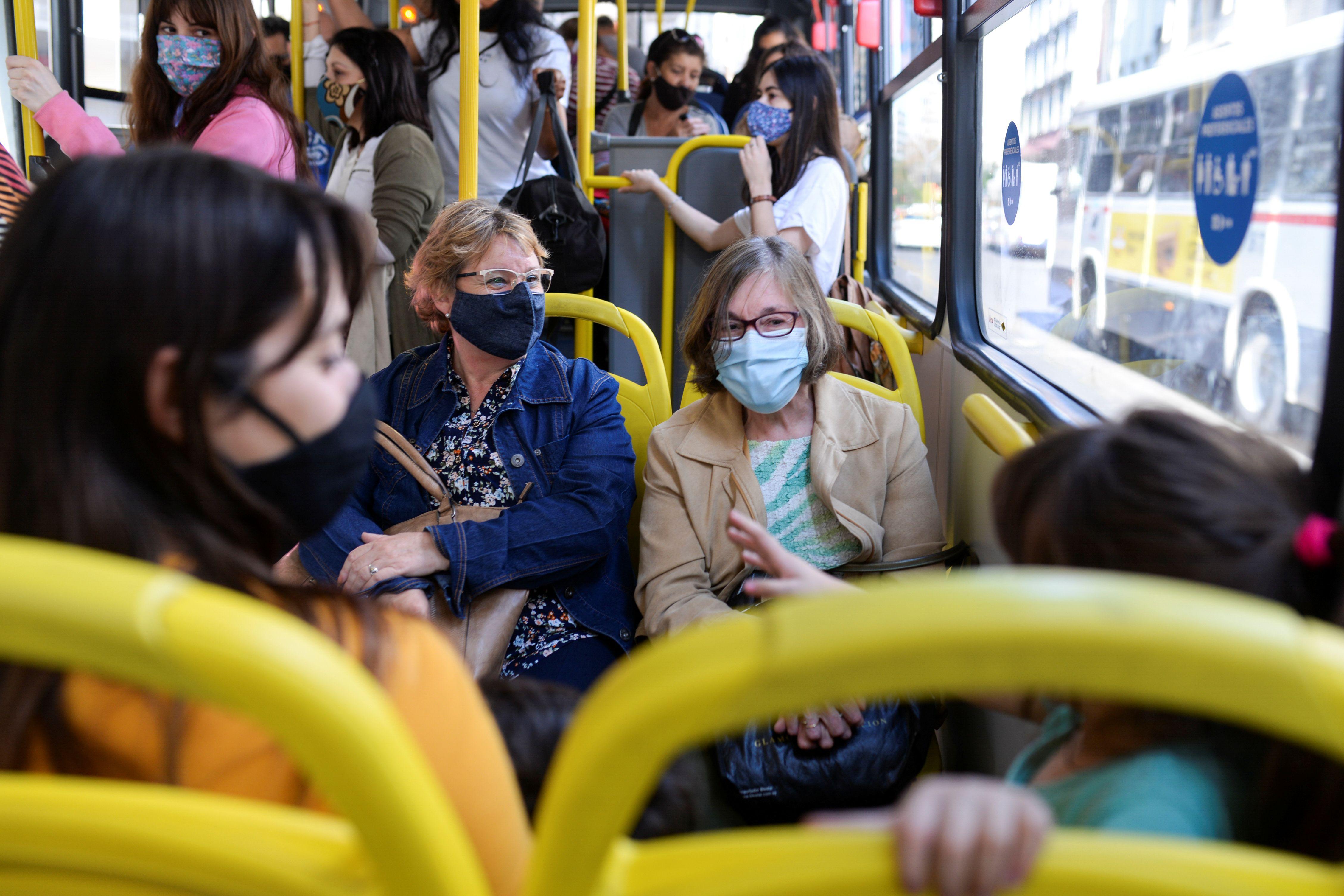 Pasajeros usan mascarillas protectoras en un autobús, mientras continúa la propagación de la enfermedad del coronavirus (COVID-19) en Montevideo, Uruguay (REUTERS/Ana Ferreira)
