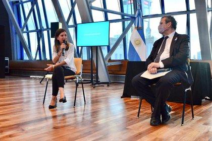 La titular de la Anses, Fernanda Raverta, y el ministro de Cultura, Tristán Bauer.