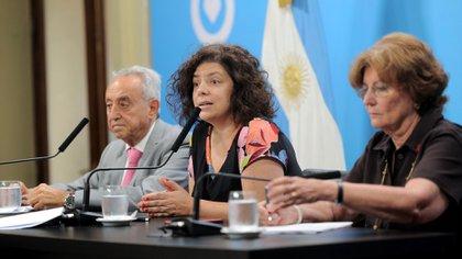 Pedro Cahn, junto a la por entonces secretaria de Acceso a la Salud, Carla Vizzotti, en marzo de 2020 (Osvaldo Fantón/Télam)