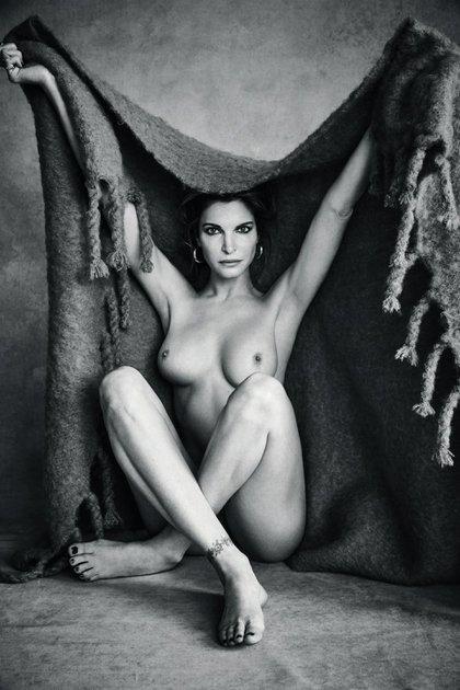 Las fotos de la ex pareja de Axl Rose, totalmente desnuda a los 49 años