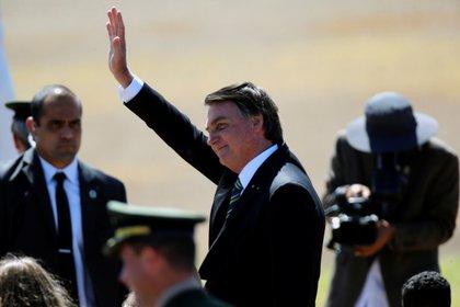 El presidente saludó a sus seguidores que se acercaron al Palacio de la Alvorada (REUTERS/Adriano Machado)