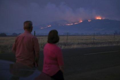 Una pareja observa desde la distancia los incendios en Medford, Oregon, U.S. September 9, 2020. REUTERS/Carlos Barria