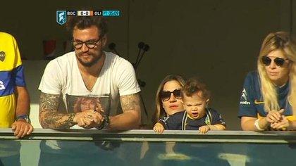 Daniel Osvaldo y Jimena Barón en el palco de los Maradona, con Dalma
