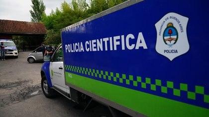 El móvil de Policía Científica que llego al country San Andrés para retirar el cuerpo del ídolo (Franco Fafasuli)