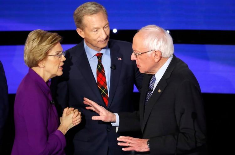 Warren y Sanders discuten luego de que se terminó el debate. (REUTERS/Shannon Stapleton)
