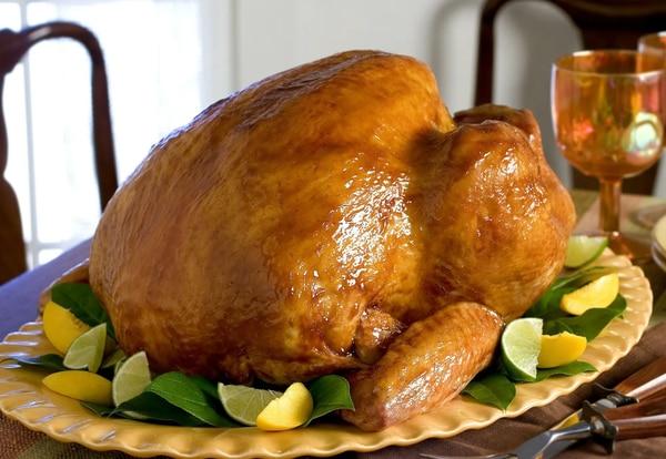 Pavo asado relleno con pan de maíz y aderezado con salsa de arándanos es el menú tradicional de Thanksgiving.