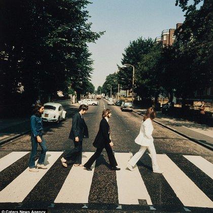 """Una de las fotos descartadas para la portada del álbum """"Abbey Road"""" en la que Paul lleva sus sandalias puestas"""