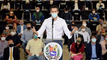 """El gobierno interino de Juan Guaidó y gran parte de la oposición no participarán de las elecciones convocadas por Maduro por considerarlas """"fraudulentas"""" (@jguaido)"""