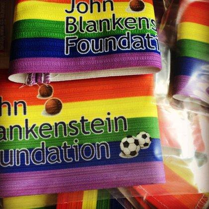 La Fundación promueve el uso de la bandera multicolor en las cintas de capitanes y en otros espacios en los clubes (Facebook John Blankenstein Foundation)