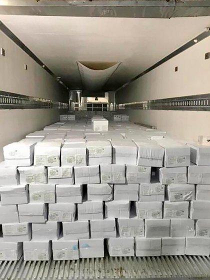 El cargamento está compuesto por 1231 cajas de cola de langostino congelado, 14 de langostino entero congelado y 84 de langostino pelado devenado con un peso neto total de 23.306 kilogramos