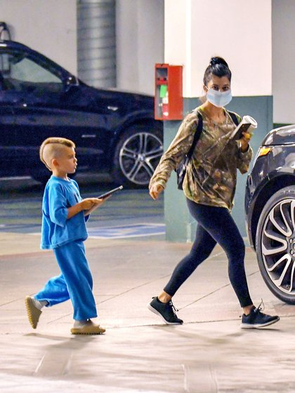 Kourtney Kardashian fue de compras con uno de sus hijos en la ciudad Los Ángeles. La madre de 41 años optó por un look deportivo y súper cómodo: una remera camuflada combinada con una calza y zapatillas negras (Foto: The Image Direct / The Grosby Group)