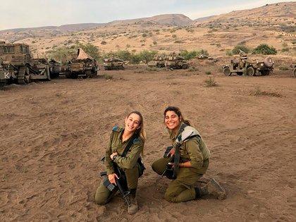 Milena Got (izquierda), en su unidad militar cerca de la frontera con el Líbano