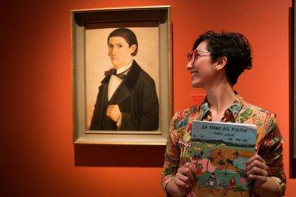 María Luque, con su libro La mano del pintor, y el retrato de Cándido López, en el MNBA