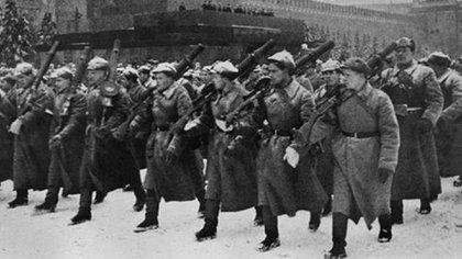 Soldados soviéticos desfilando en Moscú