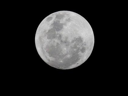 Suma evidencia la teoría de que la Luna se formó tras el impacto de un planeta con la Tierra (EFE/EPA/KIM LUDBROOK)