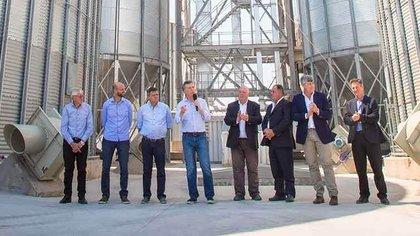 Macri al inaugurar la nueva planta de AGD en Pampa del Infierno, Chaco, en 2017, junto al empresario Roberto Urquía (aplaudiendo a la der. del Presidente).