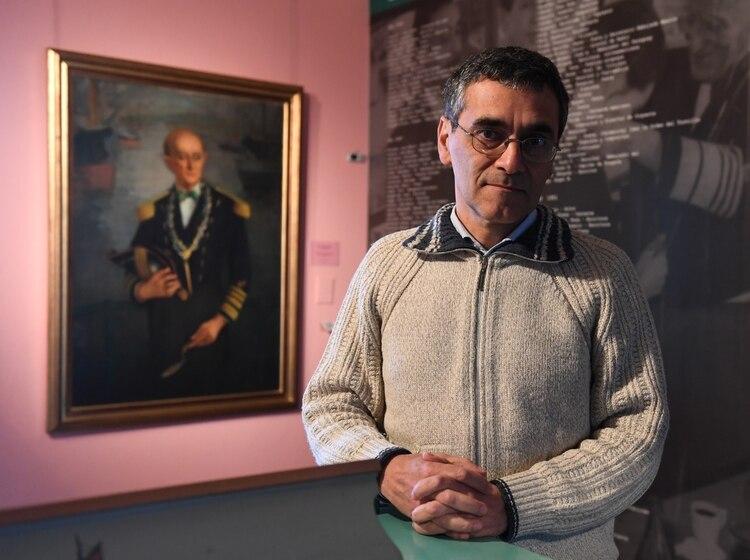 El director del Museo Benito Quinquela Martín, Víctor Fernández (Maximiliano Luna)