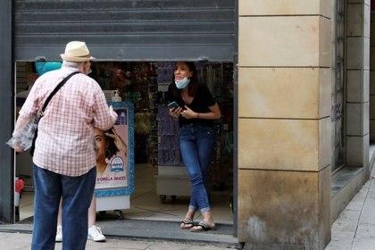 Gente conversa en la calle luego de la decisión judicial en Lleida (Reuters)