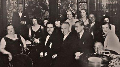 La anfitriona Sadie Baron Wakefield posa junto a Carlos Gardel y Charles Chaplin. (1932)