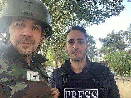 """Leo junto a Garo Seferian. """"Nos movemos de la mano de la parte de prensa del Ejército que nos lleva a lugares, teóricamente, seguros"""", cuenta el periodista."""