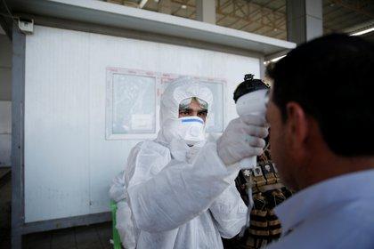 """El gobierno español afirmó que los controles de temperatura en los aeropuertos dan una """"falsa sensación de seguridad"""", ya que no son tan efectivos como parecen para detectar la enfermedad (Reuters)"""