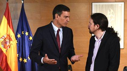 Sánchez conversa con el líder de Unidas Podemos, Pablo Iglesias, a su llegada para una reunión en Las Cortes, Madrid, el 9 de julio de 2019 (PIERRE-PHILIPPE MARCOU / AFP)