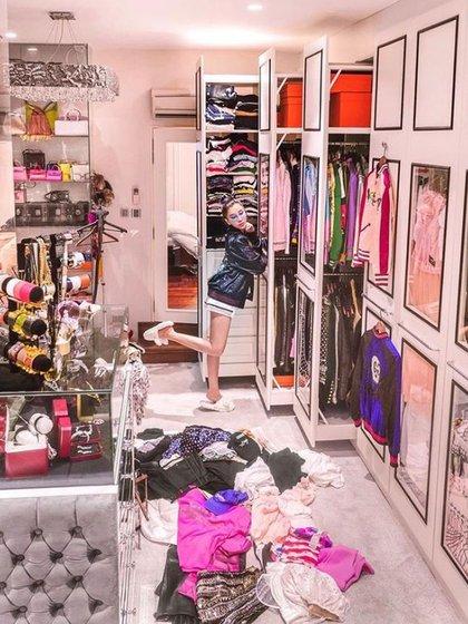 Si se abre una de las puertas, adentro hay percheros repletos con camisas, blazers, remeras y pantalones colgados. Ella misma crea sus outfits según para cada ocasión.