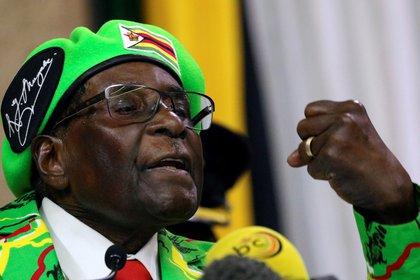 Mugabe en una reunión de la liga juvenil del partido gobernante, el ZANU PF, en Harare, el 7 de octubre de 2017 (REUTERS/Filimon Bulawayo)