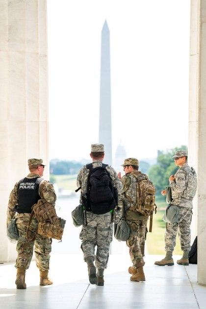 Miembros de la Guardia Nacional de DC se preparan después de un breve descanso de hacer guardia en el Monumento a Lincoln durante las protestas en DC por la muerte de George Floyd el 4 de junio de 2020. Jim Lo Scalzo/Pool vía REUTERS