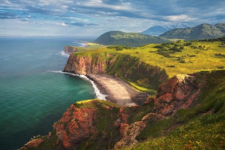 o. Extendiéndose en el mar entre los archipiélagos japoneses y aleutianos, Kamchatka es parte del Anillo de Fuego, la cadena de volcanes y sitios sísmicamente activos que delimitan el Océano Pacífico (Shutterstock)