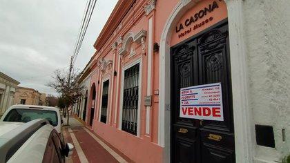 Lavalle 227. El cartel de venta en la puerta de la casa donde vivió el presidente Raúl Alfonsín y que tres años atrás fue convertida en un hotel museo.
