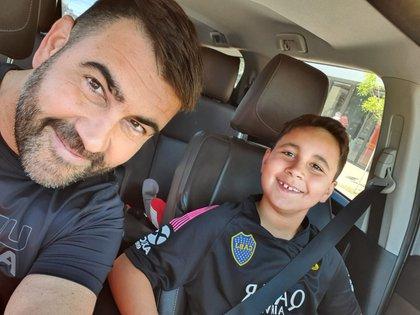 El ingeniero químico Alejandro Sturniolo junto a su hijo Lucas, de 9 años