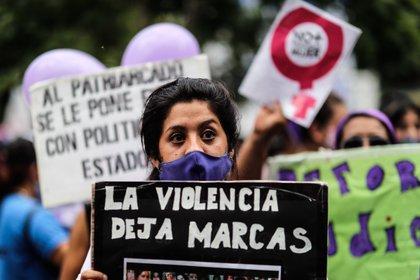 En los primeros días del cuarto mes, 12 detenciones fueron por violación, 24 por violencia familiar, 15 por abuso sexual, dos por feminicidio, cinco por acoso sexual, uno por trata de personas y uno más por delitos contra la intimidad sexual (Foto: EFE/Juan Ignacio Roncoroni/Archivo)